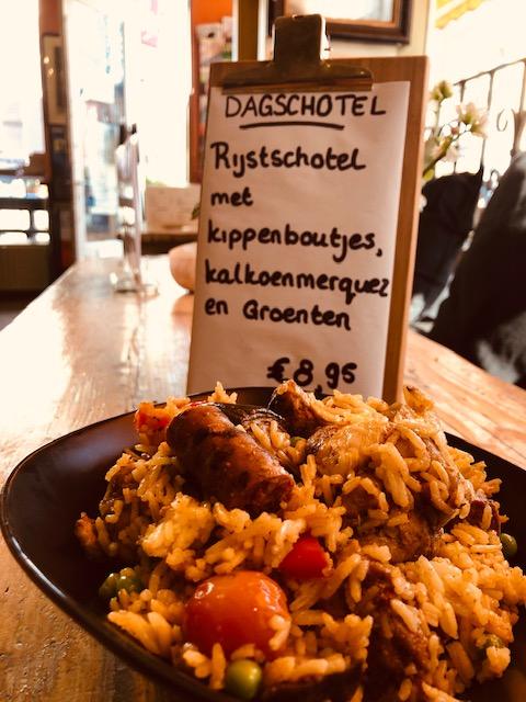 Rijstschotel met kippenboutjes, kalkoenmerquez en groenten